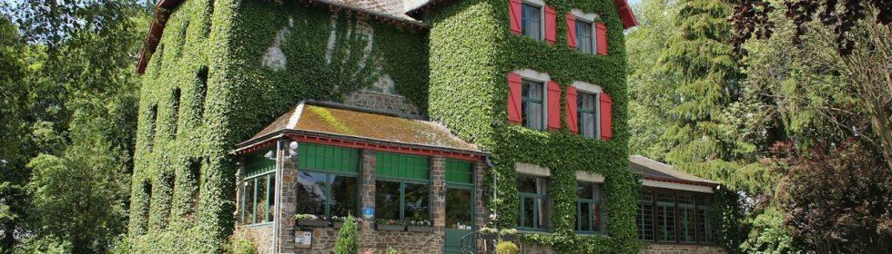 """Residence """"Les Ondes"""" bestaat uit het huis - een voormalig hotel uit 1929 - en twee chalets, prachtig gelegen op 2 ha park in het pittoreske dorpje Nadrin."""