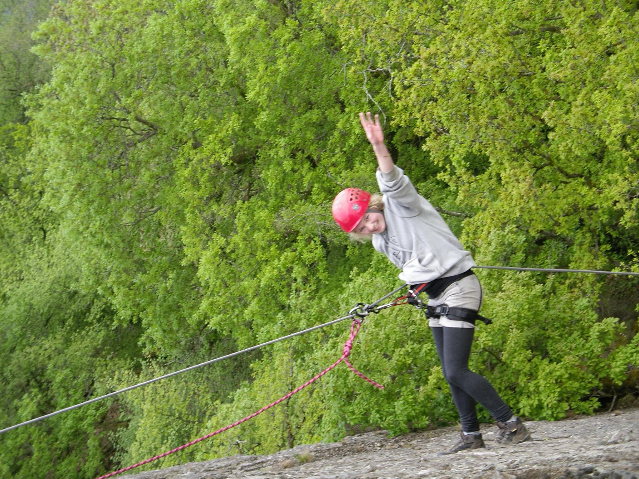 Tijdens een prachtige wandeltocht gaan we abseilen van een natuurlijke rotswand langs de rivier de Ourthe. Explore nature...discover the outdoors!