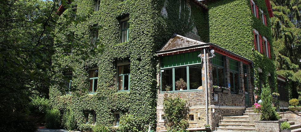 Het huis heeft zijn authentieke karakter behouden en herbergt samen met de chalets tot maximaal 35 personen.