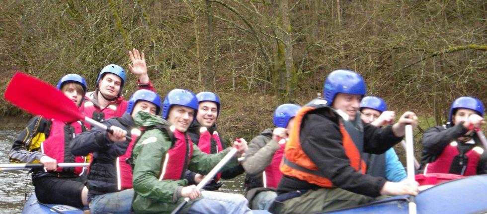 Raften op de rivier de Ourthe is een echte team activiteit. Onderweg genieten van de ongerepte natuur in de Belgische Ardennen.